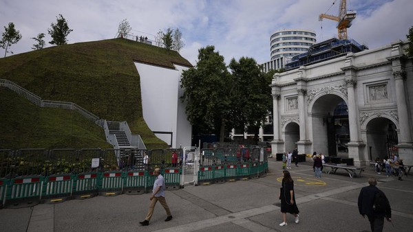 Pejabat setempat berharap Marble Arch Mound akan menarik wisatawan kembali ke jantung komersial London, Sudah setahun lamanya pembatasan dilakukan. (Matt Dunham/AP)