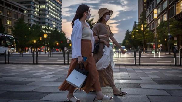 Salah satu pemilik toko oleh-oleh yang dulunya beroperasi di sana, Yoshihisa Omae menuturkan ia sampai harus pindah ke daerah Hiro-o dekat Shibuya karena tempat itu sepi. Karena pandemi, Omae kehilangan kesempatan untuk menonton dan meraup keuntungan dari upacara pembukaan Olimpiade Tokyo 2020. Yuichi Yamazaki/Getty Images.