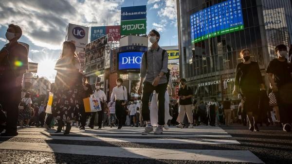 Selain itu sepinya Olimpiade Tokyo dari turis mancanegara membuat seorang pemilik apartemen di Tokyo bernama Yume Shimazaki yang ingin menyewakan apartemen untuk penonton Olimpiade Tokyo 2020. Akan tetapi dengan kondisi sekarang ini, ia mulai menyewakan apartemennya untuk orang yang membutuhkan isolasi mandiri. Yuichi Yamazaki/Getty Images.