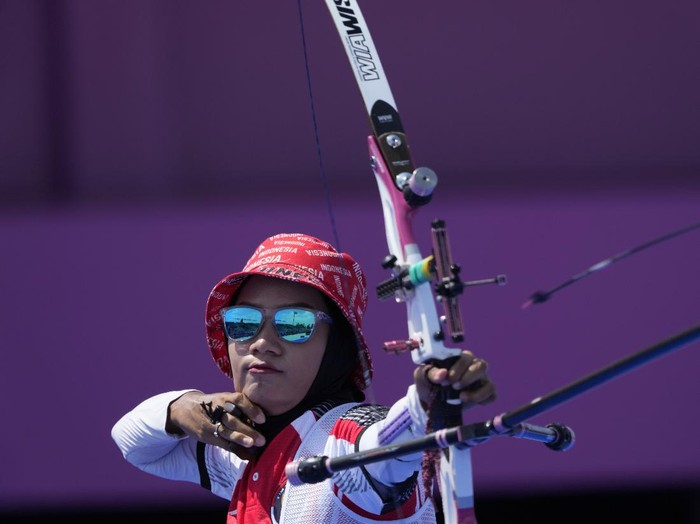 Indonesias Diananda Choirunisa releases her arrow during the individual eliminations at the 2020 Summer Olympics, Thursday, July 29, 2021, in Tokyo, Japan. (AP Photo/Alessandra Tarantino)