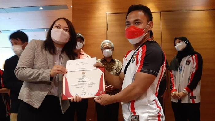 Eko Yuli Irawan menerima ganjaran atas prestasi di Olimpiade Tokyo 2020.