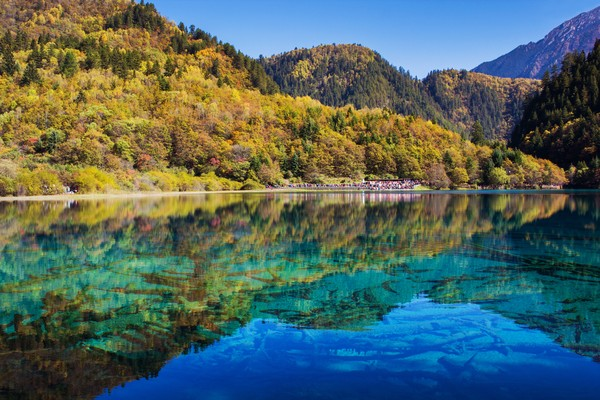 Walau berair jernih, pengunjung dilarang menyentuh permukaan danau dan berenang di sini.