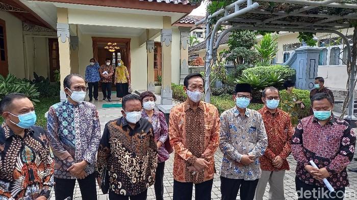 Gubernur DIY Sri Sultan Hamengku Buwono X  dan pimpinan DPRD DIY di Kompleks Kepatihan, Kantor Gubernur DIY, Kamis (29/7/2021).