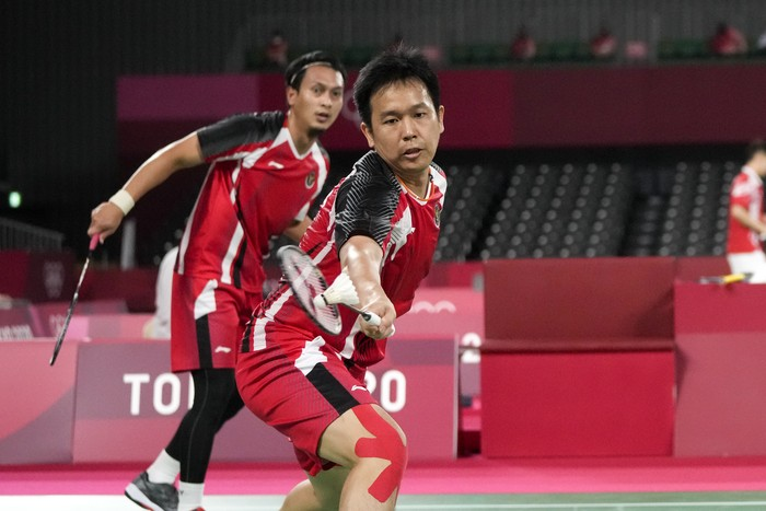 Indonesias Mohammad Ahsan, left, and Hendra Setiawan play against Japans Takeshi Kamura and Keigo Sonoda during their mens doubles quarterfinal match at the 2020 Summer Olympics, Thursday, July 29, 2021, in Tokyo, Japan. (AP Photo/Markus Schreiber)