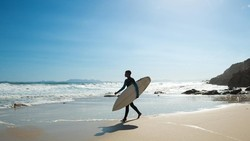 Sedang Ngelatih Surfing, Instruktur Digigit Hiu dan Terluka Parah