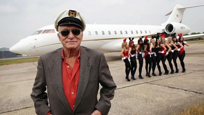 Selain memiliki Playboy Mansion, mendiang Hugh Hefner pernah memiliki jet pribadi bernama Big Bunny. Yuk, lihat foto-fotonya!