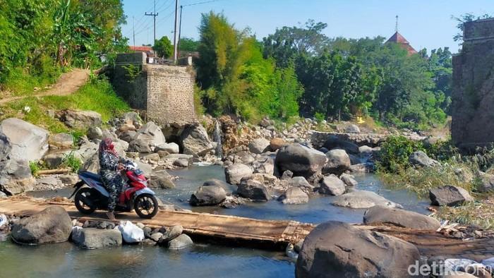Sebuah jembatan penghubung kecamatan di Kabupaten Pasuruan ambruk pada 14 Maret 2021. Namun hingga saat ini belum diperbaiki.