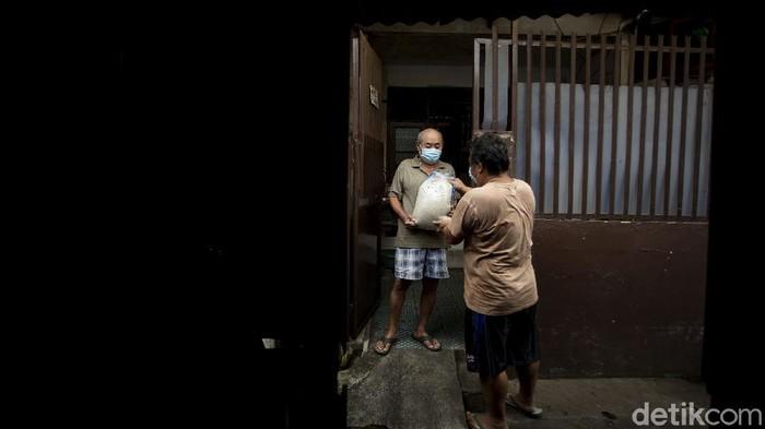 Pemprov DKI mulai membagikan 10 kilogram beras kepada warganya di Jakarta, Kamis (29/7/2021). Sebanyak 1.007.379 keluarga menerima beras tersebut.