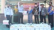 Imigrasi Surabaya Bagikan Paket Sembako ke Warga Terdampak COVID-19
