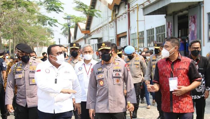 Kapolri Jenderal Listyo Sigit Prabowo meninjau vaksinasi bagi buruh di Tangerang, Banten.