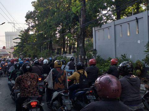 Kendaraan Pekerja Esensial Antre Masuk Surabaya di Bundaran Cito