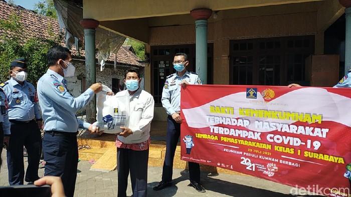 Lapas Klas 1 Surabaya di Porong, Sidoarjo menggelar bakti sosial. Ini sebagai wujud kepedulian sosial dari Kemenkumham kepada masyarakat yang terdampak pandemi COVID-19.