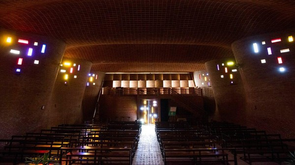 Sinar matahari yang menembus dari sela sela ventilasi membuat gereja ini semakin indah.
