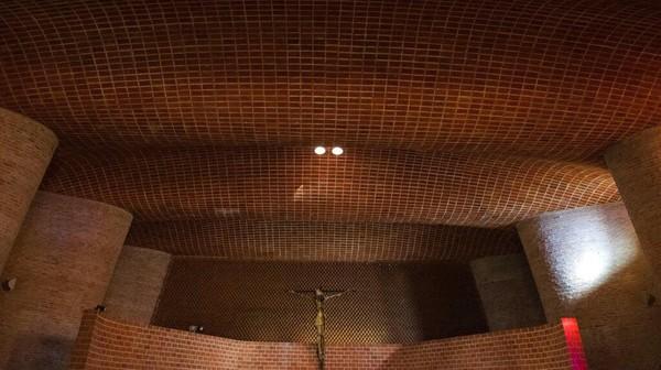 Gereja yang disusun dari batu bata ini dibuat pada tahun 1958 oleh Insinyur Uruguay, Eladio Dieste.