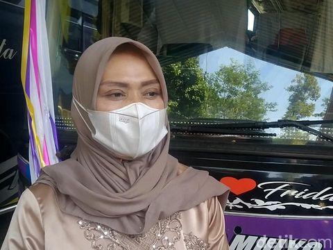 Pasangan di Pekalongan, Menikah di Bus