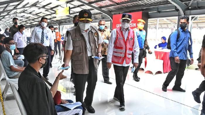 Menteri Perhubungan Budi Karya Sumadi bersama Menteri Koordinator Bidang Pembangunan Manusia dan Kebudayaan (PMK) Muhadjir Effendy meninjau program vaksinasi di Stasiun KRL Jakarta Kota.