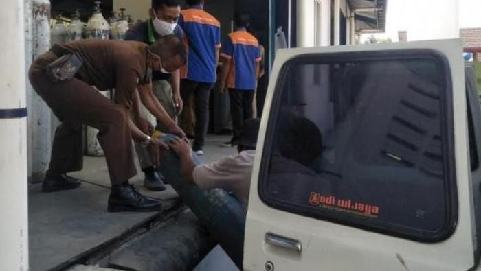 Mobil tahanan Kejari Madiun difungsikan sebagai kendaraan angkut tabung oksigen