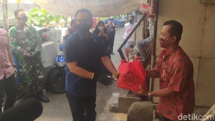 Paspampres membagikan masker dan sembako di kawasan slum area Cideng (Adhyasta Dirgantara/detikcom).