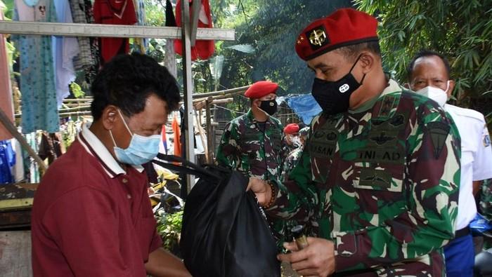 Dalam masa Pemberlakuan Pembatasan Kegiatan Masyarakat ( PPKM) Komando Pasukan Khusus menggelar bakti sosial membagikan ribuan paket sembako dan masker kepada masyarakat terdampak COVID-19 di wilayah desa Binaan Kopassus.