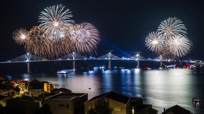 Jembatan Peljesac di Kroasia resmi dibuka pada Rabu 28 Juli 2021. Pembangunan jembatan yang didanai Uni Eropa itu dibangun oleh perusahaan milik negara China.