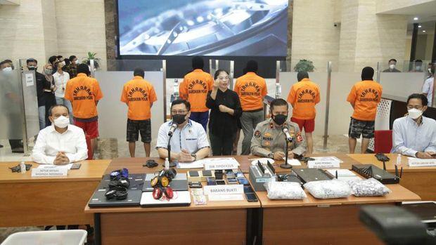 Polri tangkap 8 pelaku pinjol ilegal yang diduga mencemarkan nama baik nasabah, Kamis (29/7/2021).