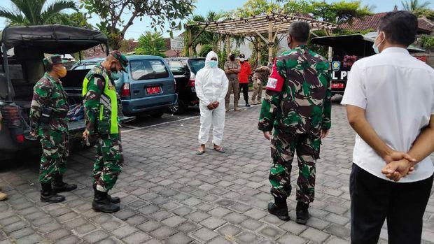 Pria yang menggelar judi sabung ayam di Buleleng disanksi memakai baju hazmat dan didenda Rp 1 juta (dok Istimewa)