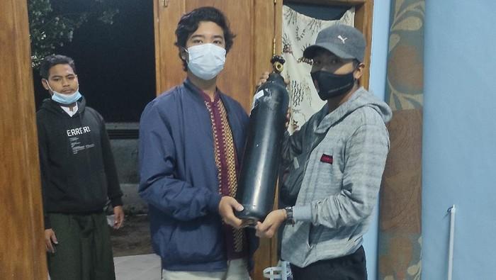 Segelintir orang di Kabupaten Mojokerto menunjukkan kepedulian terhadap sesama. Mereka sukarela memasok oksigen ke warga yang mengalami gejala COVID-19 berupa sesak napas.