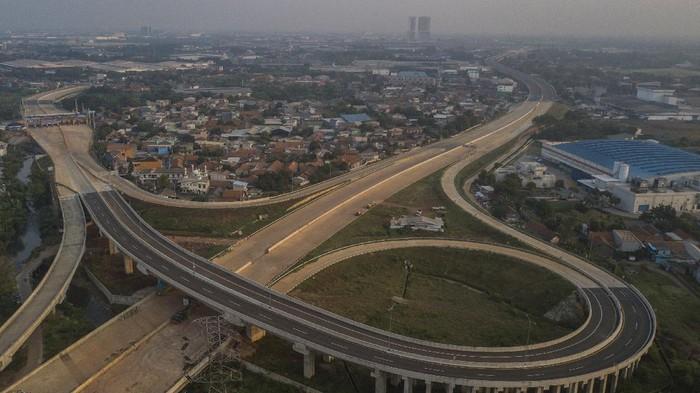 Foto udara Jalan Tol Cibitung-Cilincing seksi 1 interchange di Cibitung, Kabupaten Bekasi, Jawa Barat, Kamis (29/7/2021). Pengoperasian jalan tol sepanjang 2,65 km yang merupakan bagian dari jalan Tol JORR (Jakarta Outer Ring Road) 2 tersebut akan di uji coba gratis pada tanggal 31 Juli-7 Agustus 2021. ANTARA FOTO/ Fakhri Hermansyah/rwa.