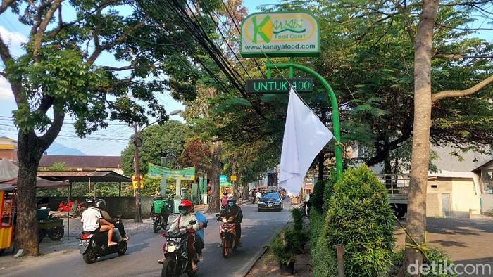 Salah satu Resto di Jalan Cikutra, Kota Bandung mengibarkan bendera putih tepat di depan pintu masuk. Hal itu sebagai bentuk protes perpanjangan PPKM level 4.