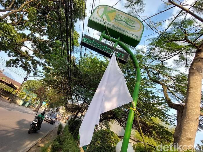 Resto di Bandung pasang bendera putih sebagai bentuk protes PPKM