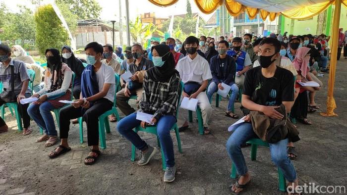 Polres Ciamis menggelar vaksinasi di Pesantren Miftahul Ulum, Bangunsirna, Baregbeg, Kabupaten Ciamis, kepada ribuan santri, ustad, guru ngaji dan lingkungan pesantren.