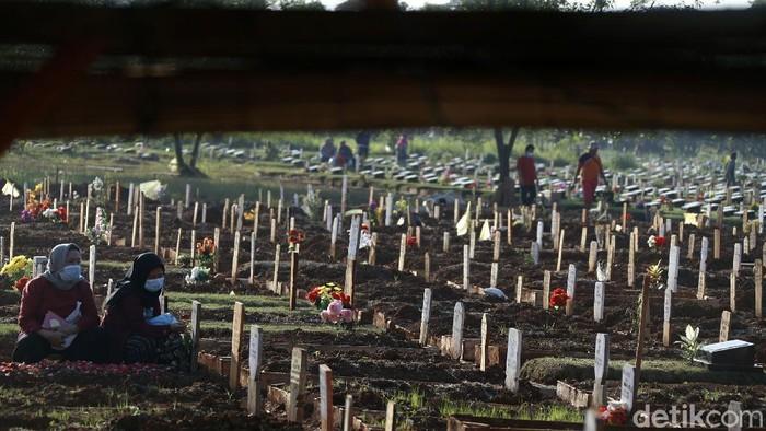 Area pemakaman jenazah Covid-19 di Tempat Pemakaman Umum (TPU) Pedurenan, Kota Bekasi, Kamis (29/07/2021, ramai dikunjungi peziarah.