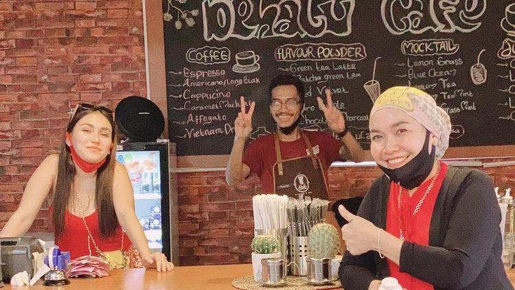 Doyan Ngopi, Umi Kalsum Sering Nongkrong di Kafe Milik Ayu Ting Ting