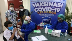 Vaksinasi untuk anak usia 12-17 tahun terus dilakukan. Kali ini vaksinasi digelar oleh CAR Life Insurance dan Bank INA Gelar.