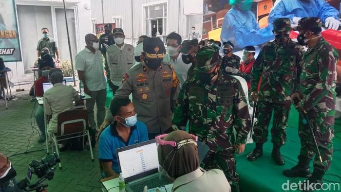 Capaian vaksinasi COVID-19 di Lamongan berada di urutan ke-13 se-Jatim. Vaksinasi di Jatim ditargetkan mencapai 70 persen penduduk pada Agustus mendatang.
