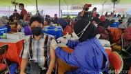 Antusiasme Warga Surabaya Vaksinasi COVID-19 di Gelora Pancasila