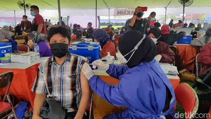 Vaksinasi COVID-19 digelar di Gelora Pancasila untuk warga di 3 kecamatan. Yaitu Kecamatan Wonokromo, Sawahan dan Dukuh Pakis.
