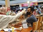 Vaksin COVID-19 di Transmart Cikokol Enak, Banyak Kursi untuk Antre