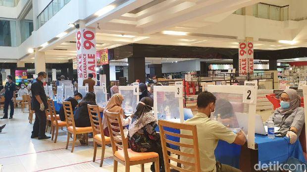 Vaksinasi COVID-19 di Transmart Cikokol Tangerang