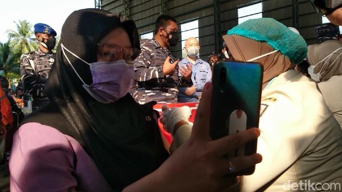 Wakasal Laksdya TNI Ahmadi Heri Purwono meninjau vaksinasi COVID-19 di galangan kapal Cilegon (M Iqbal/detikcom)