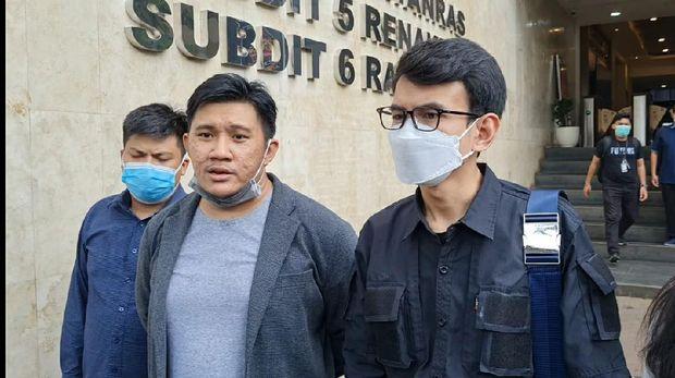 Adam Deni ke Polda Metro Jaya serahkan barang bukti ponsel berisi rekaman ancaman Jerinx (Yogi/detikcom)