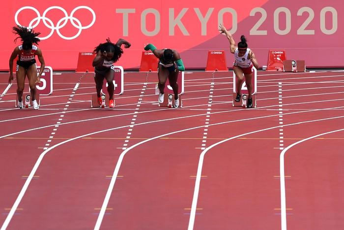Sprinter Indonesia Alvin Tehupeiory (kanan) berlari dalam babak pertama 100 meter putri cabang atletik Olimpiade Tokyo 2020 di Stadion Olimpiade Tokyo, Jepang, Jumat (30/7/2021). Alvin gagal menuju babak semifinal setelah menempati posisi terakhir dari delapan peserta dengan catatan waktu 11,92 detik. ANTARA FOTO/Sigid Kurniawan/wsj.