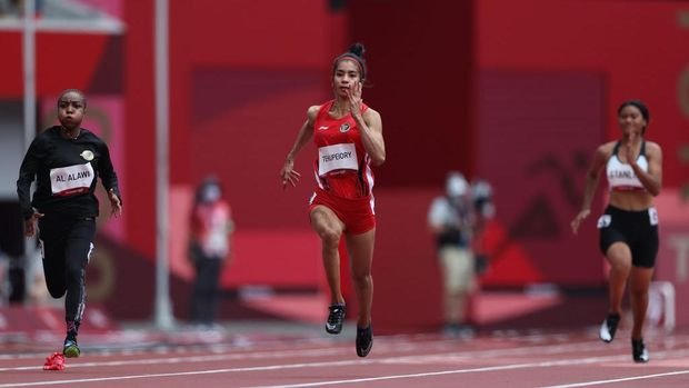 TOKYO, JAPAN - JULY 30: Mazoon Al Alawi of Team Oman and Alvin Tehupeiory of Team Indonesia competes in the Women's 100 metres Preliminary Round heats on day seven of the Tokyo 2020 Olympic Games at Olympic Stadium on July 30, 2021 in Tokyo, Japan. (Photo by Christian Petersen/Getty Images)