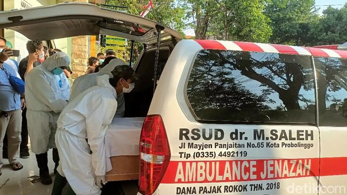 Anggota DPRD Kota Probolinggo Hamid Rusdi meninggal terpapar COVID-19. Ia mengembuskan napas terakhir setelah 15 hari dirawat di RSUD dr Mochamad Saleh.