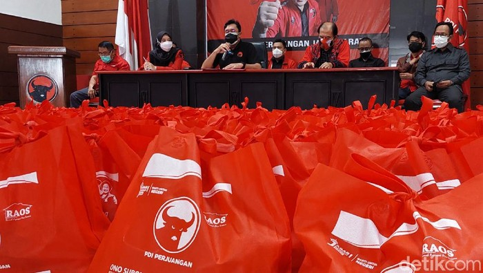 Ratusan bansos disalurkan dari Kantor DPD PDI Perjuangan Jabar ke 27 kabupaten kota di Jawa Barat. Bantuan diberikan untuk bantu warga yang terdampak pandemi.