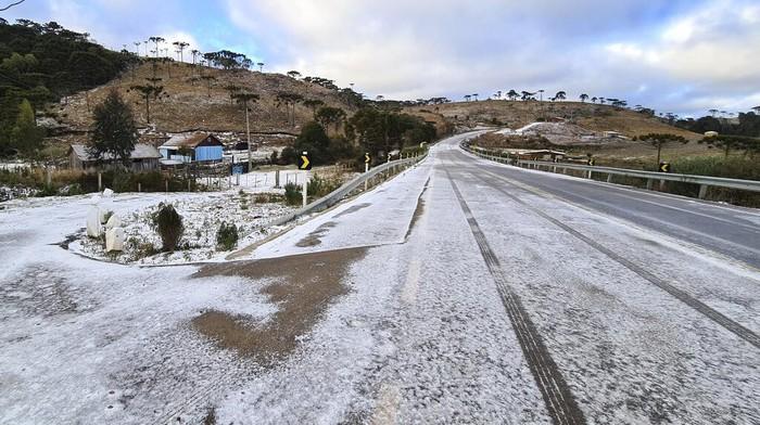Es menyelimuti pepohonan yang berada di kawasan Sao Joaquim, Brasil. Cuaca dingin yang ekstrem picu turunnya salju di Brasil. Ini potretnya.