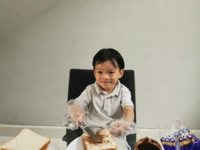 Bocah 4 Tahun Bikin Sandwich untuk Orang Tak Mampu
