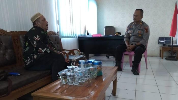 Camat Jujuhan Ilir bertemu Kapolsek Jujuhan saat menyampaikan kasus penipuan yang dialaminya (dok Istimewa)