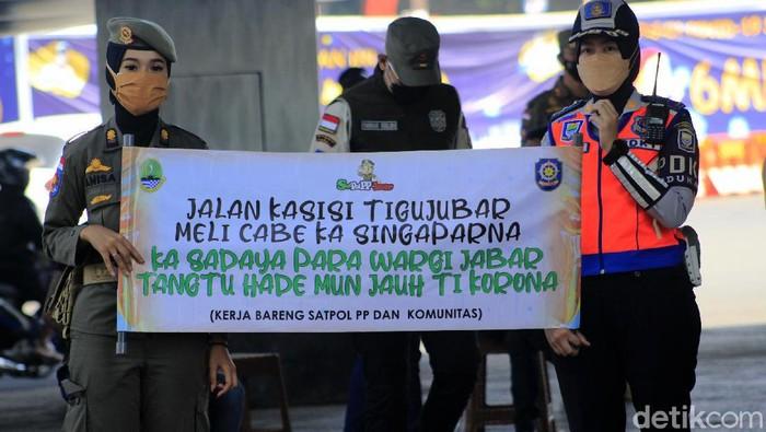 Satpol PP Jawa Barat punya cara unik untuk mengingatkan protokol kesehatan pada warga dengan gaya yang menghibur, yakni dengan bermusik dan menggandeng Kelompok Penyanyi Jalanan (KPJ) Kota Bandung. Ini potretnya.