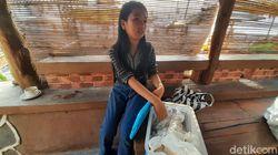Bantu Keluarga, Bocah Sukabumi Ini Berjualan Makanan Tradisional